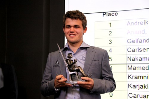 Magnus Carlsen receiving his trophy