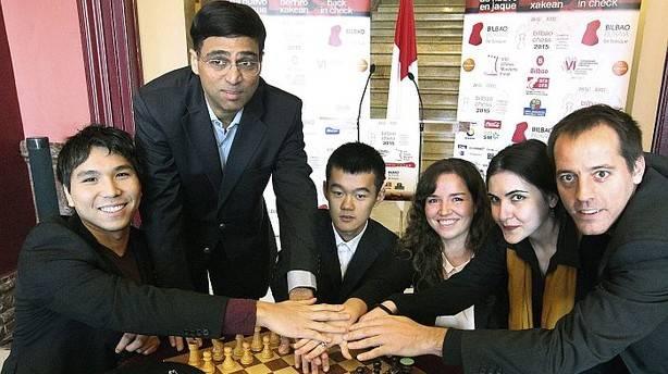 Los principales favoritos para ganar la Final de Maestros y el Campeonato Iberoamericano de Ajedrez, entre ellos el campeón del mundo Viswanathan Anand (de pie) y Francisco Vallejo (d), durante la presentación, junto con sus rivales, del Bilbao Chess 201